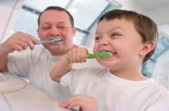 padre e hijo cepillandose los dientes